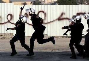 Polizia in azione contro gli oppositori del regime in Bahrain.