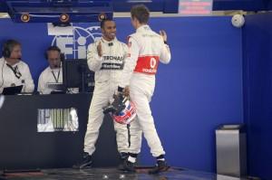 Jenson Button (McLaren) si congratula con Lewis Hamilton (Mercedes) per la pole.