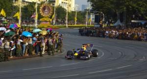 Mark Webber drante la sua dimostrazione con la Red Bull per i viali principali di Bangkok, nel 1010.