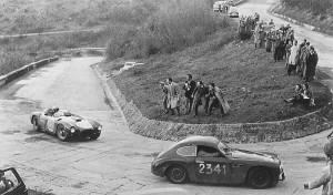 Mille Miglia 1954: Alberto Ascari (Lancia D24) al sorpasso della Fiat Marino di Brandoli-Claes.