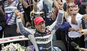 Tony Kanaan esulta per la sua prima vittoria alla 500 Miglia d'Indianapolis.