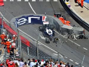 La Willimas FW35 di Pastor Maldonado contro le barriere divelte alla curva del Tabaccaio durante il recente GP di Monaco. L'altra monoposto è la Marussia di Max Chilton, che ha provocato l'incidente.
