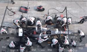 I meccanici cambiano le gomme durante un pit-stop in un Gran Premio