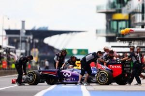 La Red Bull di Sebastian Vettel viene spinta dentro il box al termine della sessione di prove libere al Nürburgring.