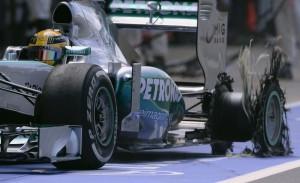 Lewis Hamilton (Mercedes) con la gomma posteriore sinistra distrutta sul cordolo della curva 4 di Silverstone.