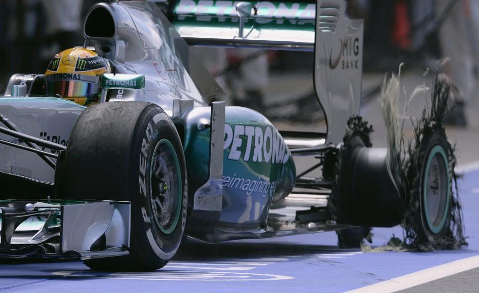 Lewis Hamilton (Mercedes) rientra ai box dopo lo scoppio del pneumatico posteriore sinistro.