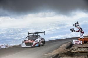 L'arrivo vittoriosio di Sebastien Loeb al volante della Peugeot 208 T16 Pikes Peak.