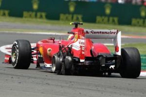 Felipe Massa con la Pirelli sinistra distrutta.