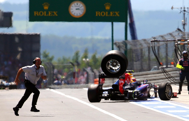 Webber che perde la ruota posteriore destra in pit lane