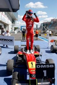 Raffaele Marciello trionfante dopo la sua vittoria in gara 1 al Nurburgring.