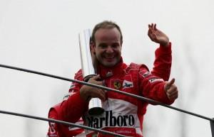 """Una curiosa foto di un festante Rubens Barrichelli """"tre braccia"""" sul podio di Monza nel 2004."""