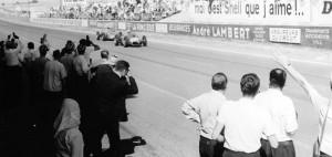 L'arrivo vittorioso di Giancarlo Baghetti al GP di Francia del 1961, in volata sulla Porsche di Dan Gurney.