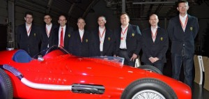 I responsabili della progettazione del nuovo motore Ferrari schierati dietro alla F138 del 1953.