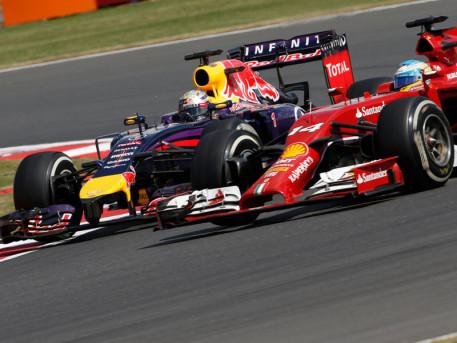 """Sebastian Vettel e Fernando Alonso durante una fase del loro """"rude"""" duello."""