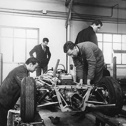 Alpine-pit-garage-Jean-REDELE-Alpine-founder-with-mechanics-around-a-single-seater
