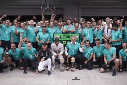 Foto di gruppo del team Mercedes per la vittoria del secondo titolo iridato Costruttori