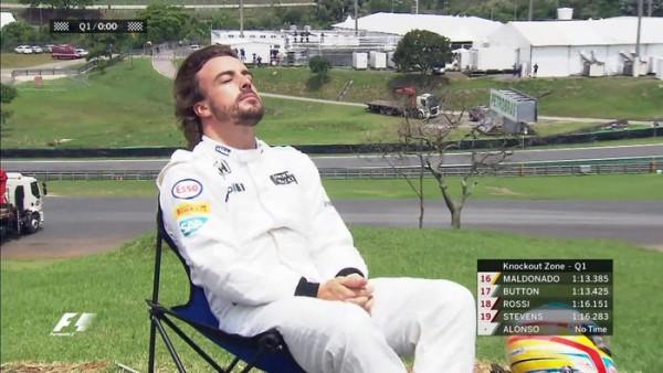 Fernando Alonso prende il sole durante le qualifiche del GP del Brasile 2015