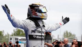 Lewis Hamilton in piedi sulla sua monoposto Mercedes
