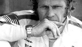 Steve McQueen pensieroso ai box durante la disputa della 12 Ore di Sebring del 1970 dove si classificherà secondo alle spalle della Ferrari di Mario Andretti.