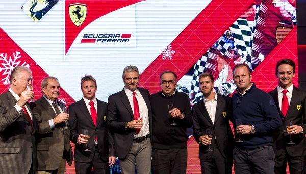 Sergio Marchionne con la squadra Ferrari alla festa fine 2015