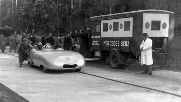 Rekordfahrten von Mercedes-Benz im Herbst 1936. Rudolf Caracciola erzielt mit dem Mercedes-Benz Zwölfzylinder-Stromlinien-Rekordwagen W 25 insgesamt fünf internationale Klassenrekorde und einen Weltrekord. Gefahren wird an zwei Tagen, am 26. Oktober und am 11. November 1936. ;  Record-breaking runs by Mercedes-Benz in autumn 1936. Driving the Mercedes-Benz 12-cylinder streamlined record-breaking car W 25, Rudolf Caracciola set a total of five international class records and one world record. The runs took place on two days, 26 October and 11 November 1936.;