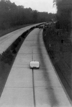 La partenza di Rudolf Caracciola per l'attacco ai record di velocità.