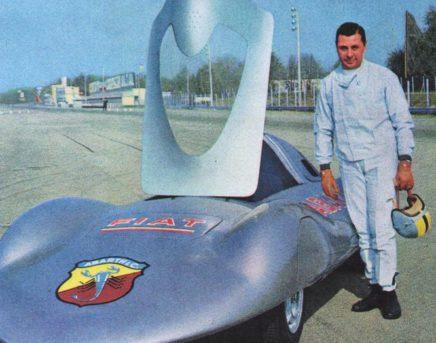 Monza, 1960: Mario Poltronieri accanto alla Fiat Abarth 1000 da record